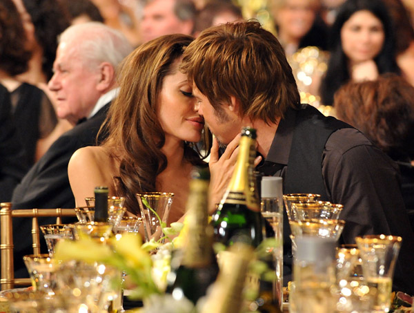 http://vidaordinaria.files.wordpress.com/2009/06/angelina-jolie_brad_pitt_kiss01.jpg